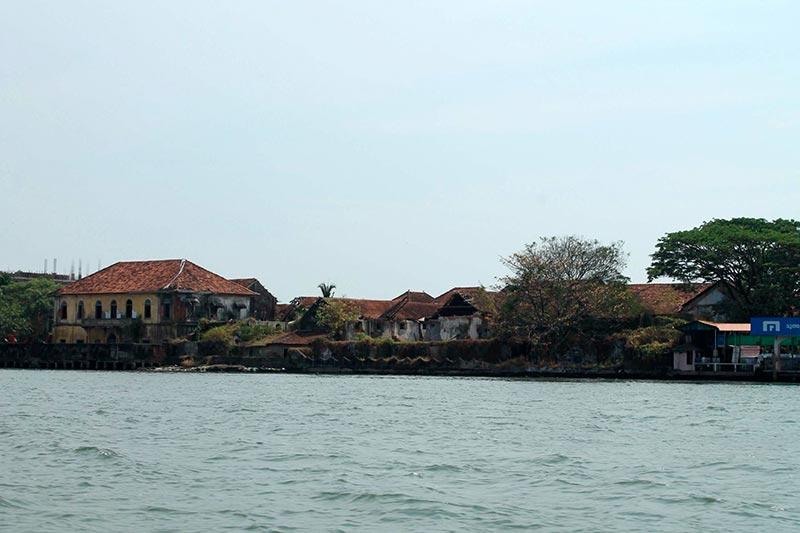 Форт Кочи - здания на берегу