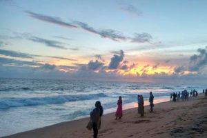 Фото людей на пляже Шангумугам