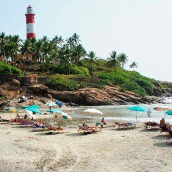 Фото отдыхающих на пляже у маяка